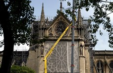 Egyszer használatos védőruhában lehet csak dolgozni a Notre Dame területén