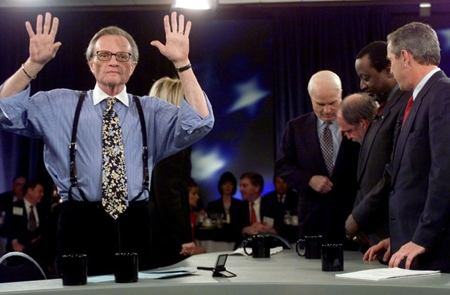 afp. hózentróger - Larry King, 2000.02.15. UNITED STATES, COLUMBIA : Moderator Larry King (L) and presidential candidates John McCain (C-background), Alan Keyes (2nd-R) and George W. Bush prepare themselves before the 15 February, 2000, presidential debat