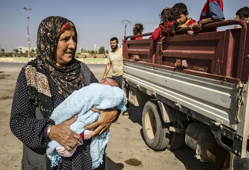 afp.19.10.10. Syrian Arab and Kurdish civilians arrive to Tall Tamr town, in the Syrian northwestern Hasakeh province, after fleeing Turkish bombardment on the northeastern towns along the Turkish border on October 10, 2019. - Syria's Kurds battled to hol