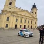 Rendőrautóval hajtott be a debreceni Nagytemplom elé, hogy megkérje a menyasszonya kezét (videó)