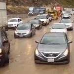 Videó: Kétszáz autó ragadt a sárba Kaliforniában