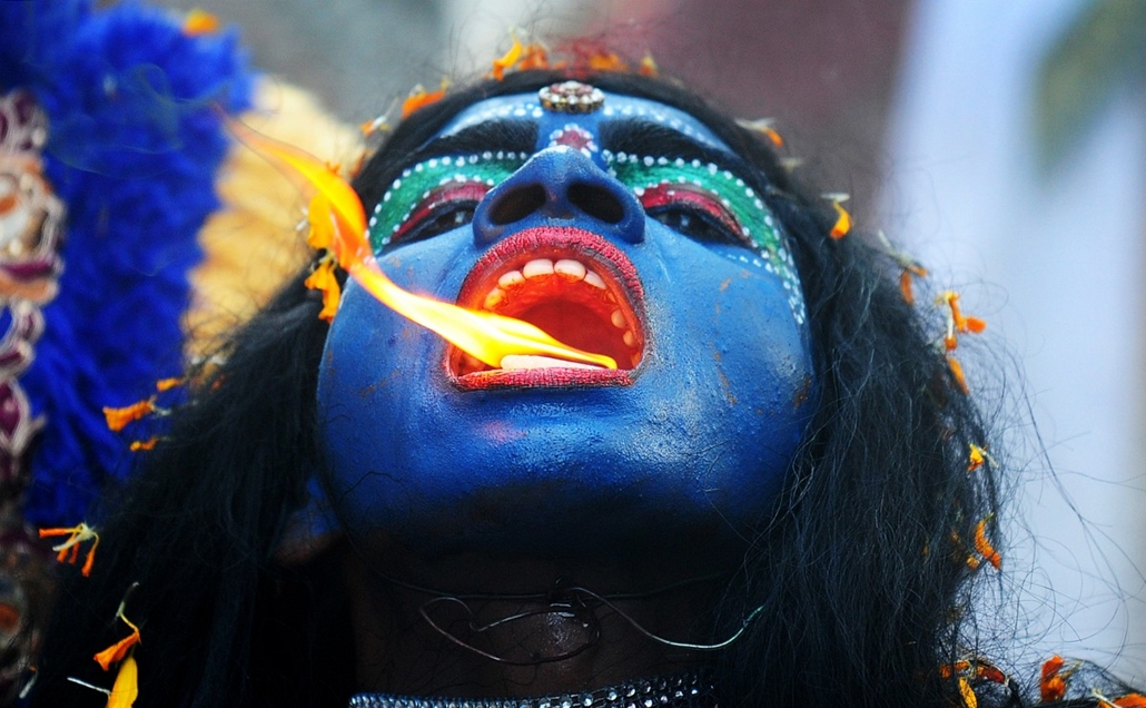 afp. hét képei - 2014.04.08. NDIA, Allahabad : An Indian artist dressed as the Hindu goddess Kali participates in a procession to celebrate the Ram Navami festival in Allahabad on April 8, 2014. Hindu devotees celebrate the festival of Ram Navami, the bir