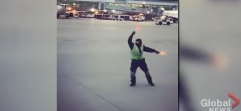 Imádja az internet a reptéri dolgozót, aki a kifutópályán táncolva vidítja fel az utasokat – videó