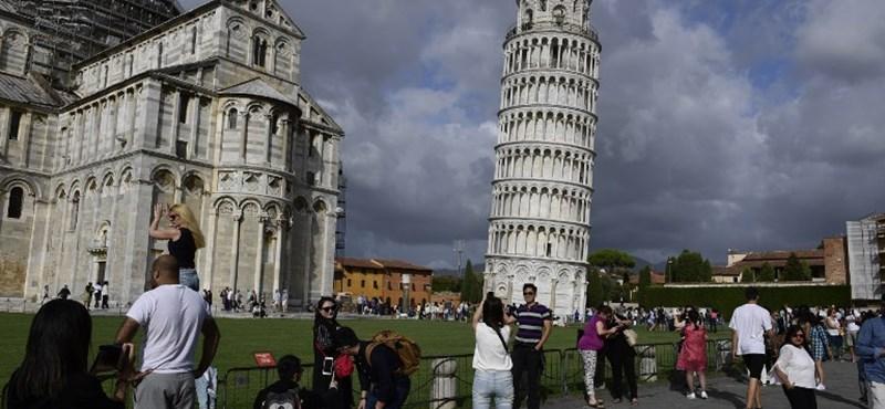 Négy centiméterrel egyenesebb lett a pisai ferde torony