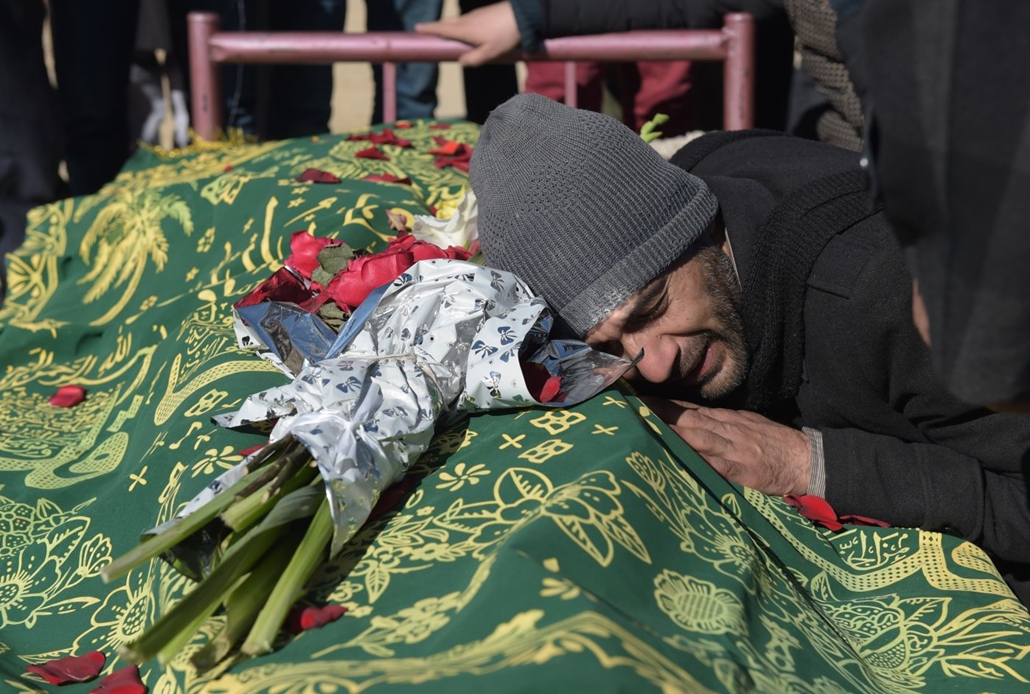 afp.16.01.21. Kabul - Öngyilkos merényletben elhunyt rokonát gyászolja egy férfi Kabulban 2016. január 21-én