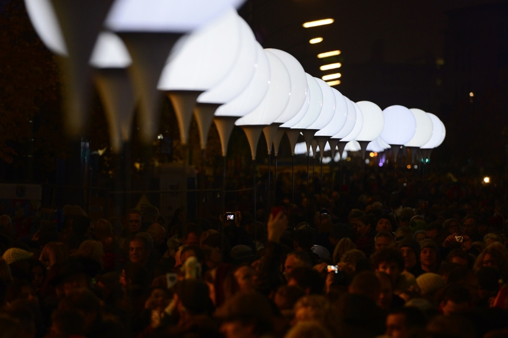 afp. Berlini fal leomlásA 25 éve 2014.11.09. People gather before the release of balloons part of the Light Border ( Lichtgrenze ) to mark the 25th anniversary of the fall of the Berlin Wall on November 9, 2014 in Berlin. Thousands of illuminated balloons