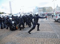 Rendőröket dobáltak, újságírókra támadtak a járványtagadók Varsóban