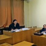 Újságírók bilincsben: amikor a magyar bíró a hatalmát mutogatja