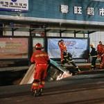 Buszt és gyalogosokat nyelt el egy beszakadt út Kínában – videó