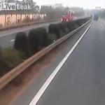 Nem vette észre a kamionos, hogy a pótkocsi alá fúródott egy Porsche – videó