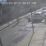 Videón, ahogy egy londoni biciklis menet közben felrúg egy másikat