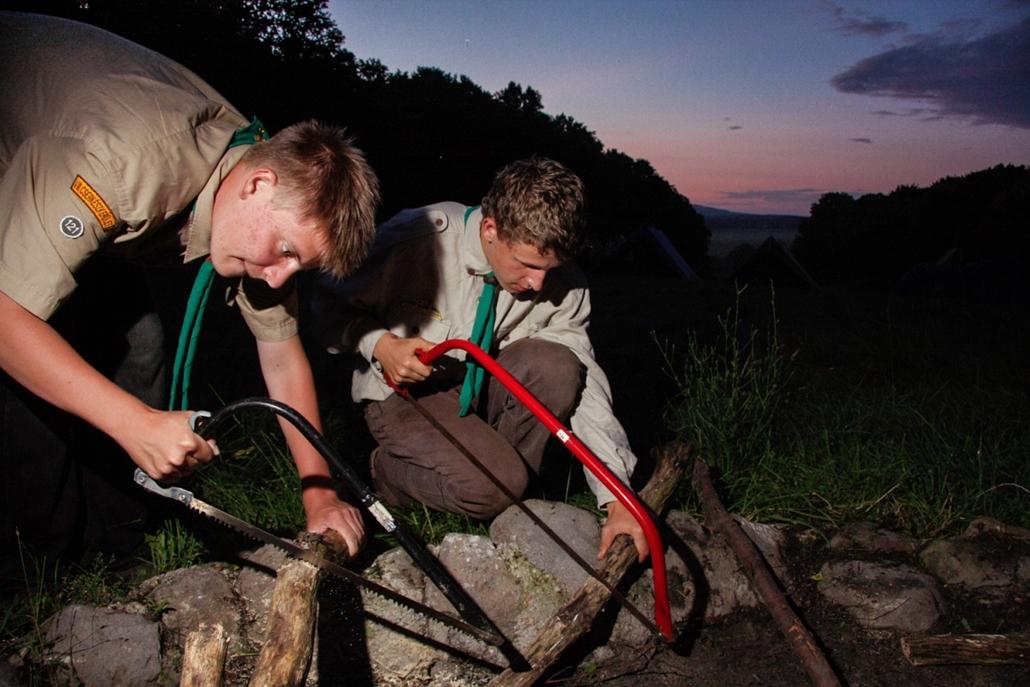 2009. július - esti tábortűzre készülnek a Dr. Vetéssy Géza cserkészcsapat tagjai - cserkészet, cserkész, cserknagy