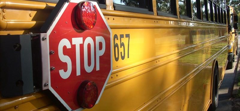 A sofőr nem engedte fel, ezért mozgó iskolabusz elejére mászott a férfi
