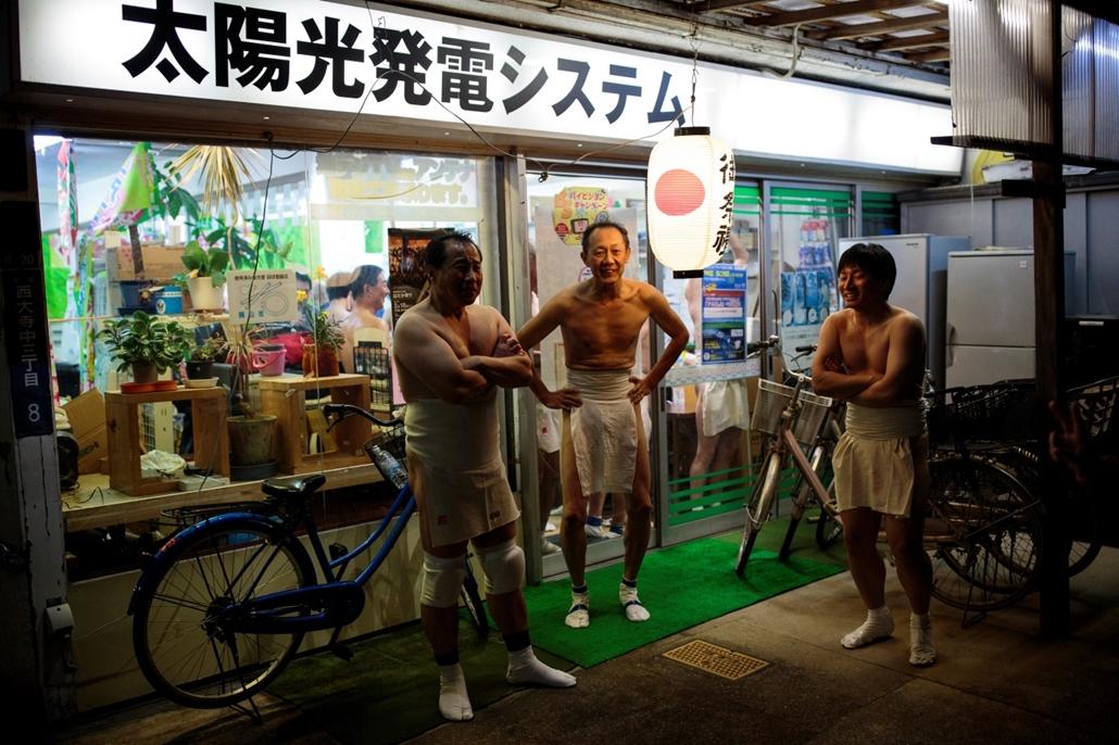 afp.17.02.18. - Okayama, Japán: Férfiak egy bolt előtt a japánban rendezett ''Hadaka Matsuri'', azaz ''Meztelen Ember'' fesztiválon. - 7képei
