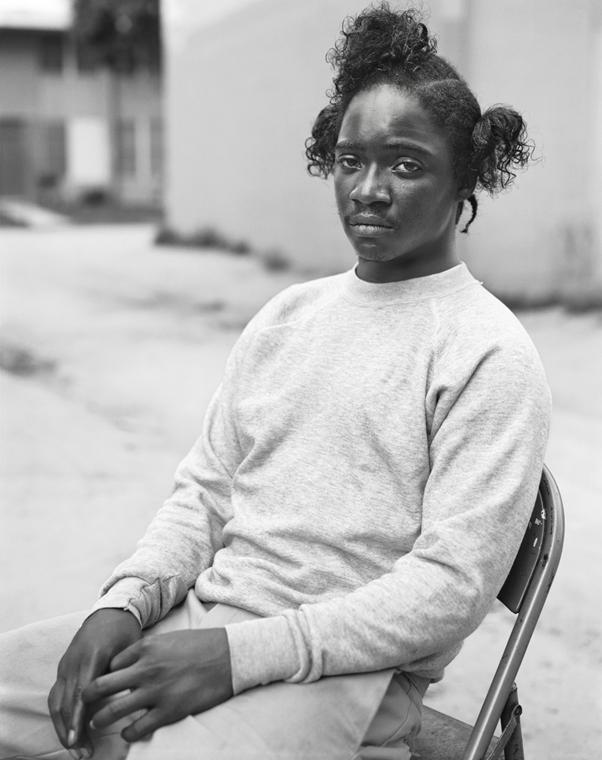 e!18.07.02. - Dana Lixenberg | Courtesy of the Artist and GRIMM, Amsterdam/New York. Dana Lixenberg, Toussaint, 1993, Imperial Courts 1993 – 2015, Zselatinos ezüst nagyitás.