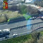 Épülő felüljáró omlott egy olasz autópályára, halottak is lehetnek – fotók
