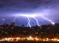 Lenyűgöző és félelmetes: 1500 villám csapott le 5 perc alatt Kaliforniára – videó