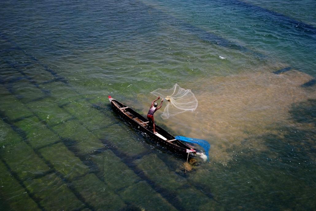 afp.14.05.01. - Bhubaneswar, India: hálóvetés a Mohanadi folyóban, ahol a hőmérséklet növekedésével kezdetét vette az apadás. - 7képei