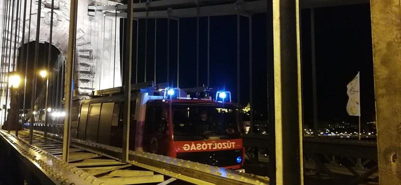 Nagy volt a káosz a Lánchídon éjjel, valaki a Dunába ugorhatott