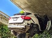Csúnyán végződött autós üldözés Kaliforniában: felüljáró alá ékelődött be a Maserati
