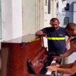 Videó: Valami nagyon jó történik az utcán talált régi, lehangolt zongorával