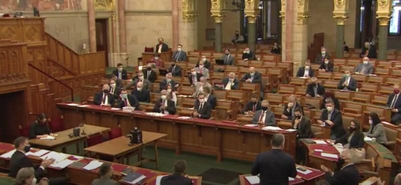 Megszavazták a kilencedik alkotmánymódosítást, és a választási törvény módosítását is