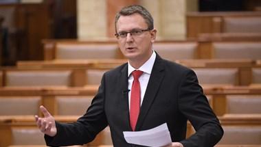 Rétvári Bencéből kibújt a poroszos pedagógus a parlementben