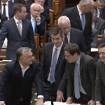 Orbán már a két padsor között támaszkodik – fotó
