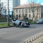 Felborult egy autó a Lehel utcában