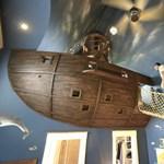 Fotó: kalózhajó a gyerek szobájának mennyezetén
