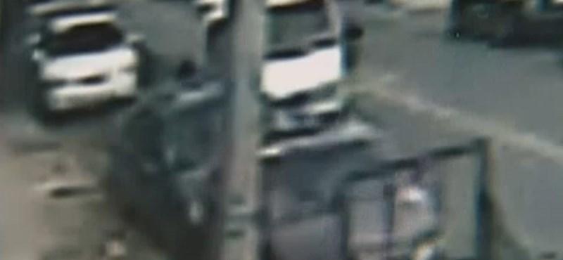 Mikrobuszt lopott, autókat tört egy 10 éves kisfiú - videó