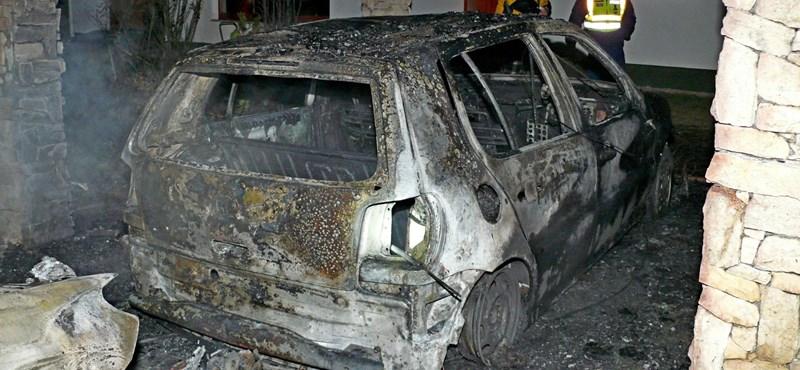 Fotók: zárt udvaron égett porrá két autó