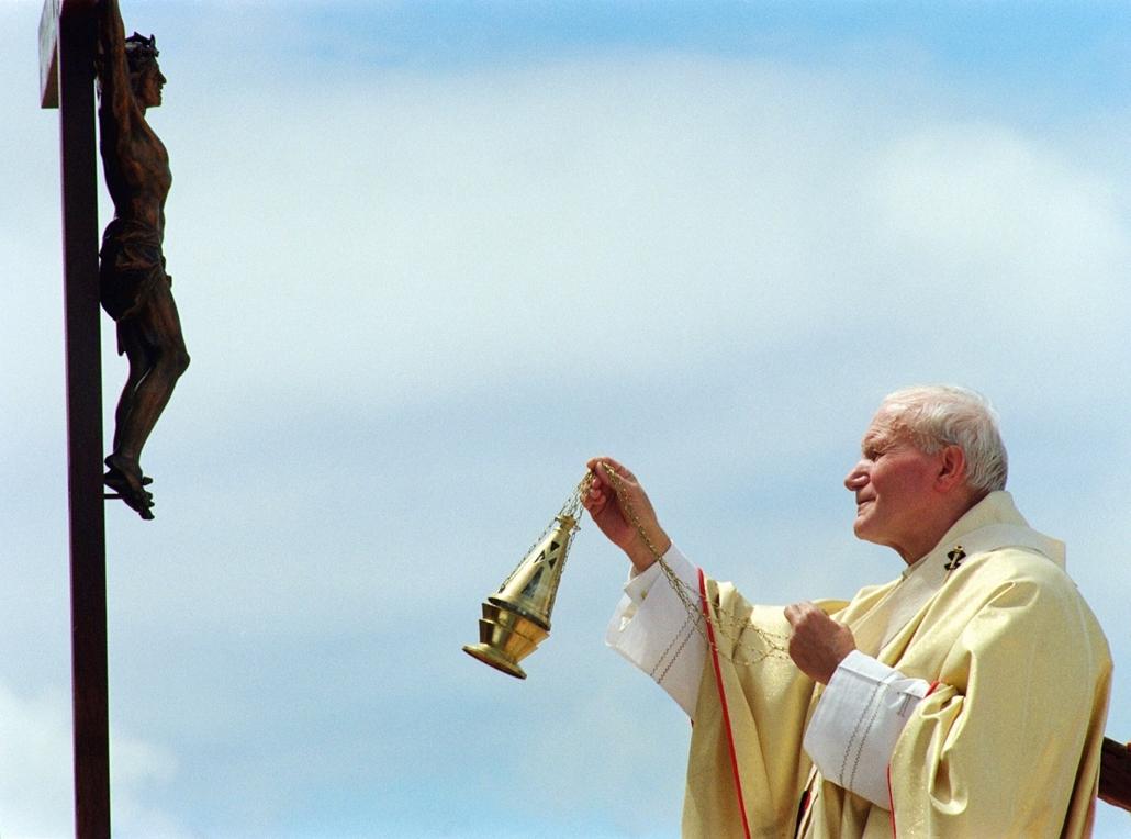 afp.89.04.28. - Antananarivo, Madagaszkár: János Pál pápa megáldja a Krisztus a kereszten - tíznapos afriaki túra keretében. -  - ,II. János Pál pápa