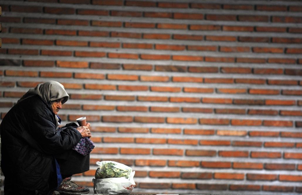 Szófia, Bulgária - koldus asszony a belvárosban
