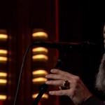 Bowie-t énekel a nagy szakállú, orrpiercinges R.E.M.-énekes – videó
