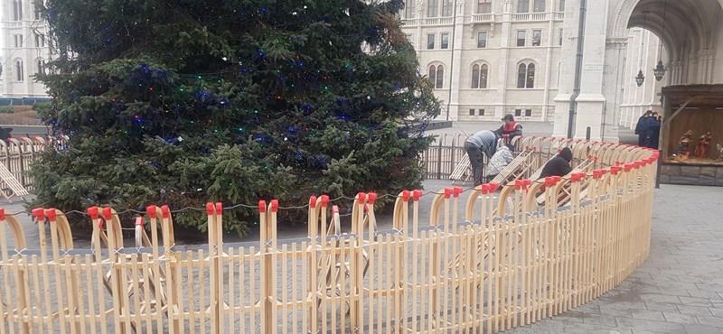 Még mindig ott állnak a Kossuth téri szánkók, amelyeket a Fidesz szerint szegény gyerekeknek ajándékoztak