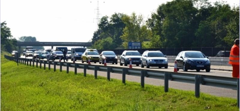Több mint 10 kilométeres dugó az M3-ason egy baleset miatt