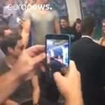 Romantikus lánykérésbe fordult a vonatozás, mindenki tapsolt – videó