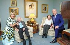 Furcsa fotó készült Joe Bidenékről, az internet népének azonnal kérdései lettek