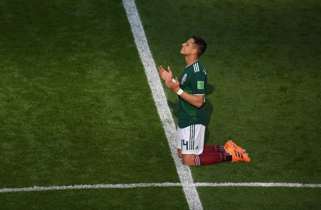 afp.18.07.09. - Ima - Javier Hernandez minden meccs előtt.