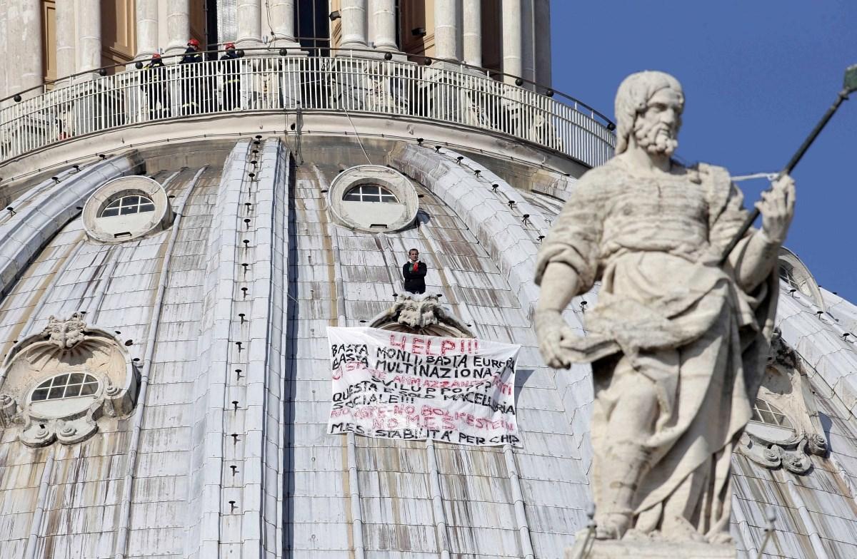 Fotók: magányos tüntető mászott a Szent Péter-bazilika tetejére