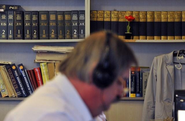 Egy gyorsíró dolgozik a parlamenti gyorsírók irodájában.