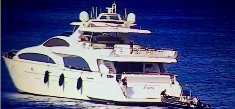 Mészáros Lőrinc luxushajója egy kikötőben horgonyzott Pharaon jachtjával