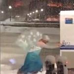 A Jégvarázs Elza hercegnője igenis létezik és akár a rendőrök kocsiját is megtolja – videó