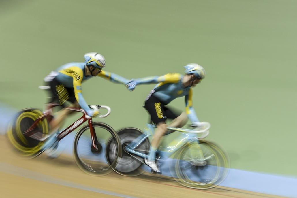 afp.17.02.19. - Cali, Kolumbia: A kazah csapat a kolumbiai Caliban rendezett pályakerékpáros világkupa férfi döntőjében. - 7képei, bringa, kerékpár