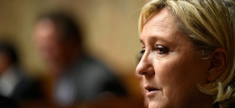 A francia szélsőjobb vezetője 300 ezer euróval tartozik az Európai Parlamentnek, be is vasalnák rajta