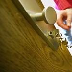 A rendőrség előtt az önkormányzati lakást Airbnb-szállássá alakítók ügye