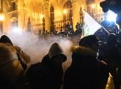 Videó: Lefújták a tüntetőket, elvitték a Momentum alelnökét