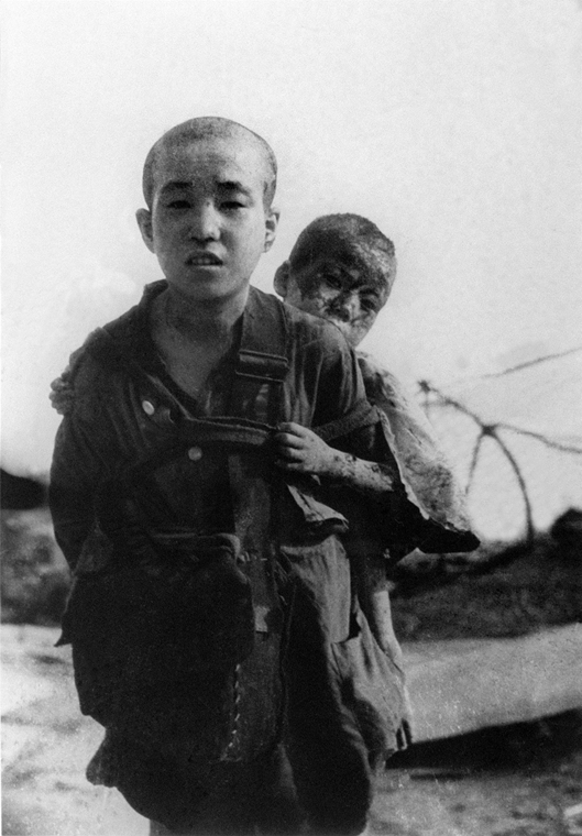 afp.1945.08.10. - A bombázást túlélő testvérpár Hirosimában - atombomba 70, Nagaszaki, Nagasaki, Hirosima, Hiroshima