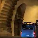 Busz tetején utazó kapucnis alakot videóztak Budapesten